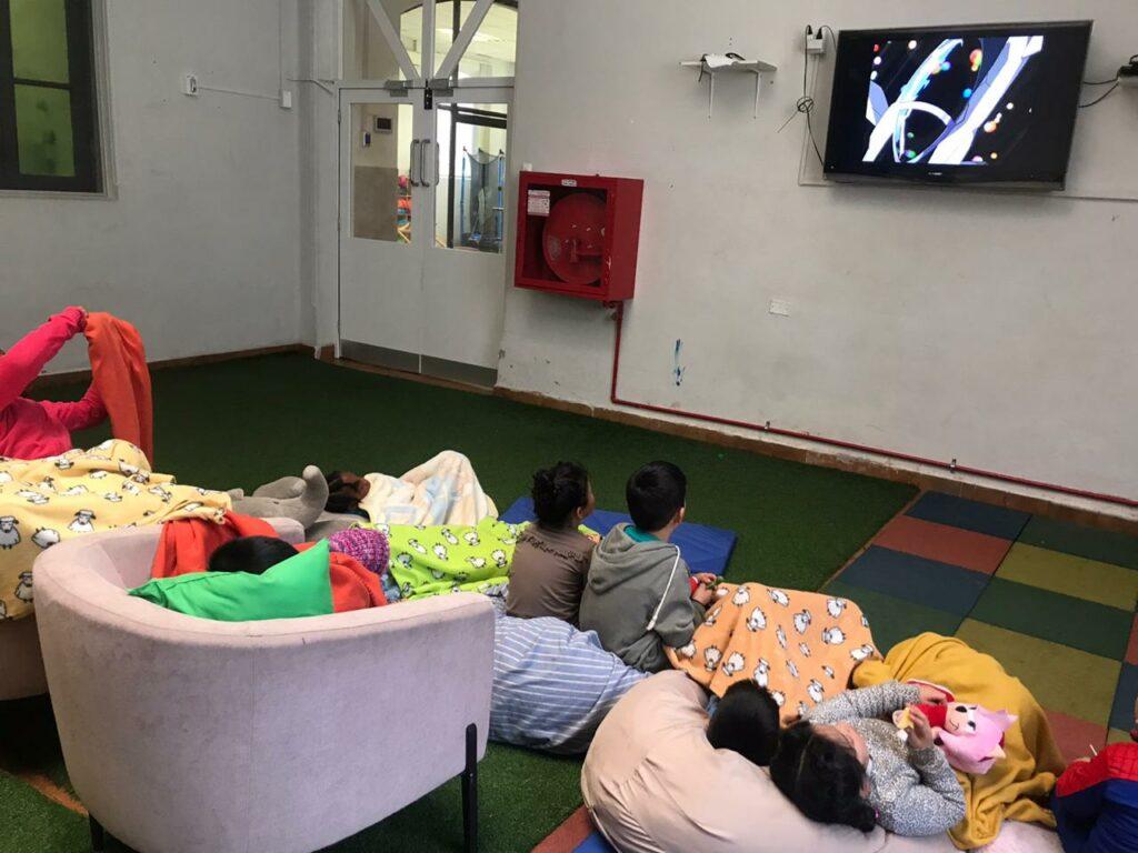 Niños viendo películas